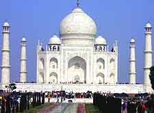 Picture of the crowds around the Taj Mahal