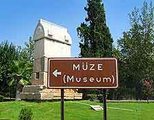 Photo of Turkish museum (muze) signpost