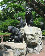 Picture of bear statues at Dusit Zoo (Khao Din)