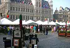 Photo of people shopping on the Grote Markt