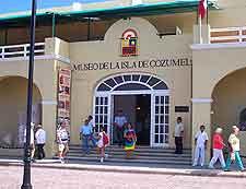 Photo outside of the Museo de la Isla de Cozumel (Del Museo)