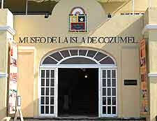 Close-up picture showing the entrance to the Museo de la Isla
