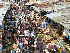 Picture of bargain hunters at the market of Kumasi