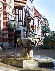 Photo showing statue of the Hamelin Pied Piper