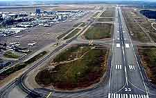 Helsinki Airport (HEL) Travel and Transport: Photo showing the runway at Vantaa Airport