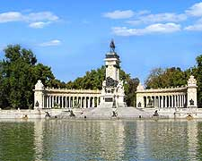 Photo of Buen Retiro Park, showing the famous waterfront Monument to Alfonso XII