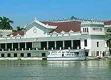 Image of the waterfront Malacanang Palace