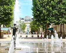 Photo showing fountains in the Antigone district