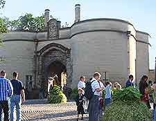 Picture of the entrance to the castle grounds