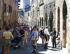 Picture of shoppers searching for Tuscan souvenirs