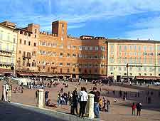 Photo of crowds around the Piazza del Campo