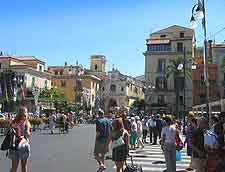 Further view of crowds in the Piazza Tasso