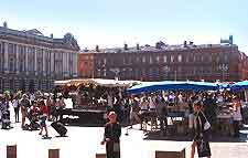 Photo of shoppers on the Place du Capitole