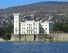 Photo showing the waterfront Schloss Miramare